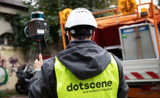 Arbeiter mit dotscene Logo-Jacke